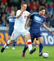 François Affolter (links) am 29. Februar 2012 in Bern gegen Lionel Messi, der alle drei Tore zum 3:1 Argentiniens gegen die Schweiz erzielte. (Bild: Keystone/Peter Schneider)