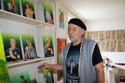 Der Stanser Künstler Oskar Amrein mit seinen Ausstellungsstücken, die er ab heute im «Chalet»-Säli zeigt. Bild: Marion Wannemacher