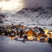 Anders als in anderen Schweizer Nobel-Ferienorten sind die Immobilienpreise in Andermatt in den letzten drei Jahren vergleichsweise moderat angestiegen. Das Bild zeigt das Luxus-Hotel The Chedi (Mitte). (Bild: Keystone/Sigi Tischler)