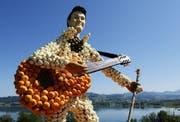 Mit Kürbissen kann man ganze Skulpturen bauen: Im Bild ein Kürbis-Elvis bei Seegräben. (Bild: Keystone)