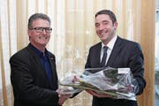 Präsident Michael Meier (rechts) verabschiedet seinen Vorgänger Toni Epp bei der TCS Sektion Uri. (Bild: Paul Gwerder (Schattdorf, 21. April 2017))