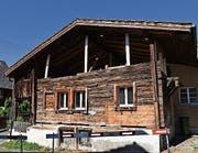Das einsturzgefährdete Holzhaus in Steinen. (Bild Simon Zumbach)