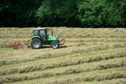 Ein Landwirt mäht seine Wiese (Symbolbild). (Bild: Keystone / Jean-Christophe Bott)