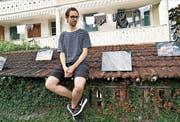 Der Künstler Moritz Hossli präsentiert seine Fotografien von ganz besonderen Landschaften auf dem Dach der Hofmatt in Sarnen. (Bild: Romano Cuonz (Sarnen, 26. August 2017))
