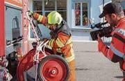 Mit der Videokamera setzt der Fernsehjournalist Lukas Schnyder die Arbeit seiner Feuerwehrkameraden in Szene.Bild: Edi Ettlin (Stans, 7.Oktober 2017) (Bild: Edi Ettlin (Stans, 7.Oktober 2017))