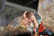 Franz von Arx platziert im Mai 2015 die Riesenkristalle, die er 2009 am Planggenstock auf der Göscheneralp gefunden hat, im Sasso San Gottardo. (Archivbild Neue UZ/Anian Heierli)