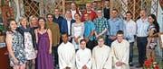 Die sieben Firmlinge mit ihrem jeweiligen Firmgotti und Firmgötti, den Ministranten, Generalvikar Martin Kopp und Pfarrer Viktor Hürlimann. (Bild: PD (Erstfeld, 10. Juni 2017))