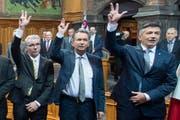 Die zwei neuen Ständeräte Erich Ettlin (links) und Hans Wicki (rechts) bei der Vereidigung mit FDP-Präsident Philipp Müller dazwischen. (Bild: Keystone / Lukas Lehmann)