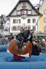 Nur schon das Aufsteigen auf den Bullen macht etlichen Reitern ganz schön zu schaffen.