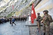 Auch die Schweizer Armee markierte an der Suworow-Gedenkfeier Präsenz. (Bild: Urs Hanhart (Andermatt, 24. September 2017))