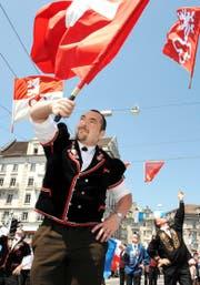 Die Obwaldner und die Nidwaldner Fahnen freundeidgenössisch nebeneinander am Umzug zum Eidgenössischen Jodlerfest. Bild: Eveline Bachmann (Luzern, 29. Juni 2008)