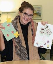 Stefanie Burch mit Zeichnungen, die sie von Kindern in Rumänien erhielt. (Bild: PD)