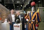 Marcus Risi (links) begutachtet mit Auftraggeber Peter Portmann einen 3D-gedruckten Helm. (Bild: Corinne Glanzmann (Luzern, 7. März 2018))