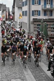 Kurz nach dem Start lagen Fabian Cancellara und Bernhard Russi (ganz rechts) noch an der Spitze. (Bild: Georg Epp (Andermatt, 25. Juni 2017))