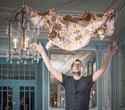 Magnolien auf Violett. Der Luzerner Philipp Sidler hebt mit seinen Foulards ganz schön ab. (Bild: Pius Amrein (Luzern, 10. November 2017))