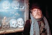 Der Korber (Sigfrit Steiner) will, dass sein Freund, ein Schirmflicker, eine richtige Beerdigung erhält. (Bild: PD (1979))