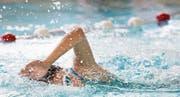 Am kantonalen Schwimmwettkampf geben die Schüler alles. (Bilder: Corinne Glanzmann (Stans, 15. März 2017))