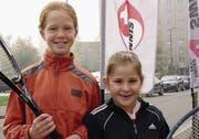 Als damals jüngste Spielerin holte sich die achtjährige Belinda Bencic (rechts) vom TC Ried Wollerau zusammen mit Nicole Faas den Titel in ihrer Kategorie der Junioren-Interclub-Finalspiele. (Bild: Robert Hess (Winterthur, 29. Oktober 2005))