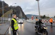 Seit wenigen Minuten rollt der Verkehr wieder ungehindert über die Achereggbrücke: Projektleiter Niklaus Studer freut sich über den Abschluss der Sanierung. Bild: Philipp Unterschütz (Stansstad, 16. November 2016)