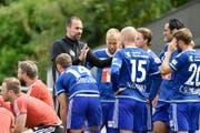 FCL-Trainer Markus Babbel bespricht am 6. Juli mit seinen Spielern die Taktik im Testspiel gegen Aalen. (Bild: Freshfocus/Martin Meienberger)