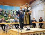 Oswald Zurfluh, Gewinner des 4. Schächätaler Priisbedälä, mit seiner Tanzpartnerin Claudia Scheuber. (Bild: Franz Imholz (Spiringen, 25. März 2017))