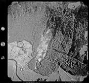 11. September 1986, Überflug auf 2704 Metern: Im schwarzen Kreis das Gebiet Äschi, im Geröllkegel die beiden zerstörten Verkehrsachsen. (Bild: Stiftung Luftbild Schweiz/Swissair Photo AG)