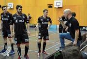 Ad-Astra-Coach Otto Moilanen (rechts) erklärt seinen Spielern die Marschrichtung. (Bild: Simon Abächerli)