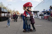Kinder grüssen das Mario-Maskottchen. (Bild: Lukas Lehmann / Keystone (Bern, 12. Oktober 2017))