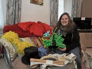 Susanne Arnold breitet ihre Utensilien für die Fasnacht im Hotelzimmer aus. (Bild: Urs Hanhart (Altdorf, 7. Februar 2018))
