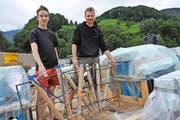 Florian Holzapfel (links) und Michel Stalder bereiten alles für das grosse 1.-August-Feuerwerk vor. (Bild Matthias Piazza)