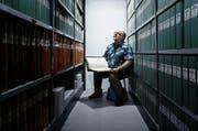 «Ich habe Tausende Grundbuchauszüge geschrieben.» Viktor Schicker im Archivraum des Grundbuchamtes. (Bild: Stefan Kaiser)