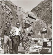 Heinrich Danioth (rechts) mit Unternehmer Armin Murer und Hotelier Gottfried Wenger (links) vor seinem Teufelsgemälde oberhalb der Teufelsbrücke. PD
