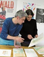 Illustrator Lukas Egger (links) und Texter Ueli Niederberger mit Zeichnungen aus ihrem Bilderbuchprojekt. (Bild: Philipp Unterschütz (Sarnen, 10. November 2017))