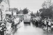 Der erste Bus der Zugerland Verkehrsbetriebe wurde in Hünenberg von der Bevölkerung bejubelt. (Bild: Walter Nigg)