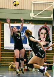 Steinhausens Sarah Strübin (hinten) zeigt ein starkes Spiel. (Bild: Maria Schmid (Steinhausen, 10. Februar 2018))