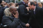 Der französische Präsident François Hollande redet mit einem Betroffenen der Pariser Anschläge bei der Enthüllungsfeier einer Gedenktafel in Paris. (Bild: Philippe Wojazer/Pool Photo via AP)