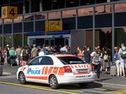 Ein Bombenalarm am Flughafen Genf sorgte für ein Grossaufgebot an Sicherheitskräften. (Archivbild) (Bild: KEYSTONE/MARTIAL TREZZINI)