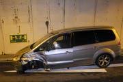 Dem entgegenkommenden Auto wurde das linke Vorderrad abgerissen. (Bild: Kapo Schwyz)