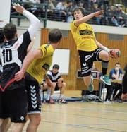 Altdorfs Edvinas Vorobjovas (am Ball) erzielt sieben Treffer. (Bild: Urs Hanhart (Altdorf, 25. November 2017))