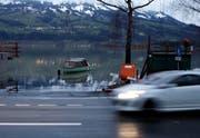 Direkter Zugang zum Boot: Die Seestrasse in Lauerz am Dienstagmorgen. (Bild: Geri Holdener, Bote der Urschweiz)