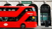 A bus passes a branch of Lloyds Bank in London, Thursday, July 28, 2016. Britain's Lloyds Banking Group said Thursday it plans to eliminate 3,000 jobs and close 200 branches — the first big cuts announced since Britain voted to leave the European Union. (AP Photo/Kirsty Wigglesworth) (Bild: KIRSTY WIGGLESWORTH (AP))