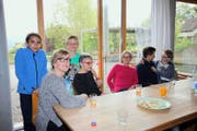 Drei Generationen unter einem Dach: Mithuria Raselli, Maria Raselli, dahinter Basil Krummenacher, Cécile Malevez, Yvonne Raselli, Beat Krummenacher, Leon Krummenacher (von links). (Bild Marion Wannemacher)