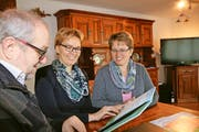Freude über das neue Liederbuch mit CD: Hanspeter Eggenberger, Andrea Rohrer und Petra Vogler (von links). Bild: Marion Wannemacher