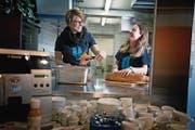 Deborah Niederberger (links) und Melanie Ittmann sorgen für das Wohl ihrer Mithelfer in der dafür eigens eingerichteten Beiz im Spritzenhaus. (Bild: Corinne Glanzmann (Stans, 26. April 2017))