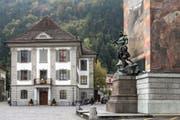 Das Telldenkmal mit dem Rathaus in Altdorf. (Symbolbild Keystone / Alexandra Wey)