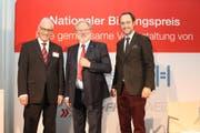 Oscar J. Schwenk (Mitte) freut sich mit Christian Fiechter von der Hans Huber-Stiftung (links) und Christian Wasserfallen von der Stiftung FH Schweiz über den Bildungspreis. (Bild: PD)