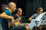 Christy Doran, Mitte, hier mit seinem Projekt 144 Strings für 20 Gitarren im September 2016. (Bild: Dominik Wunderli, 13.09.2016)