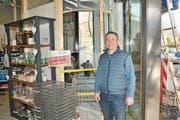 Mitinhaber Patrick Gut vor dem Guetli-Shop, der umgebaut wird. (Bild: Matthias Piazza (Stans, 2. Februar 2018))