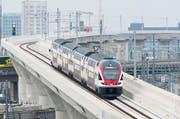 Die Billettpreise sollen 2017 um drei Prozent steigen. Im Bild: Ein SBB-Zug in Zürich. (Bild: Keystone/ Anthony Anex)