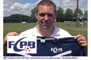 Ein Spieler des FCPB L'Hermenault zeigt auf der Website seines Vereins das Vereinsleibchen. Links das Logo des Fussballclubs Perlen-Buchrain. (Bild: Screenshots luzernerzeitung.ch)